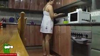 ينيك أمه في المطبخ و يهيج عليها وهي بقميص النوم فيديو عربي