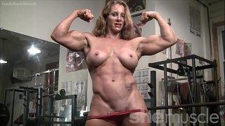أنثى كمال الأجسام عارية تستعرض بزازها و عضلاتها في صالة الجيم ...