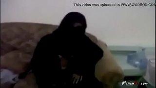 منقبة شرموطة تتشرمط على سكايب و تعري أحلى جسم نار فيديو عربي