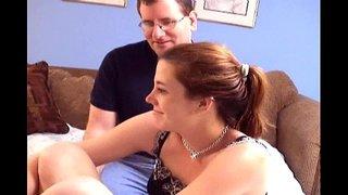 رجل يهيج على زوجته الساخنة الجميلة و يشبع كسها نياكة و يرعشها بقوة ...